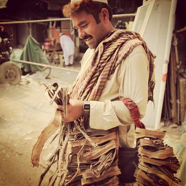 Encik Bhaijhan Berambut Merah Berjam Casio Retro Sedang Memotong Kulit Pokok Walnut | Delhi Gate, Old Lahore City | Punjab Province PAK