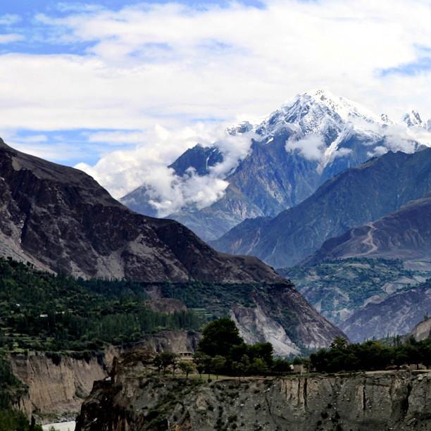 Tengah-Tengah Padang Yang Tandus Ada Lembah Hijau | Di Belakang Kehijauan Ada Gunung Yang Diselaputi Salji | Road Less Travelled | Approaching Gilgit After Bunji | Gilgit-Baltistan | Northern PAK