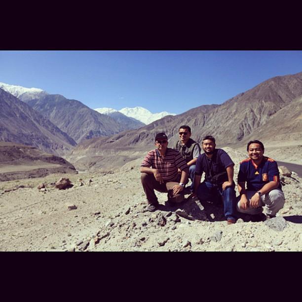 Sekali Sekala Traveller Posing Ala-Ala Tourist # IniKaliLah | Nanga Parbat View Point | Karakoram Highway | Near Thalichi | Gilgit Baltistan | Northern Pakistan
