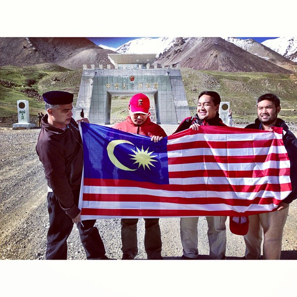Muka Tgh Rileks, Padahal Semua Tgh Kesejukan | Pakistan-China Border | #Khunjerab Top | Khunjerab Pass at Elevation of 4,700m | Still Snow Here & Damn Cold | #Karakoram Highway & Friendship Highway | Highest Paved Road In The World | #Gilgit-Baltistan Region | Northern #Pakistan