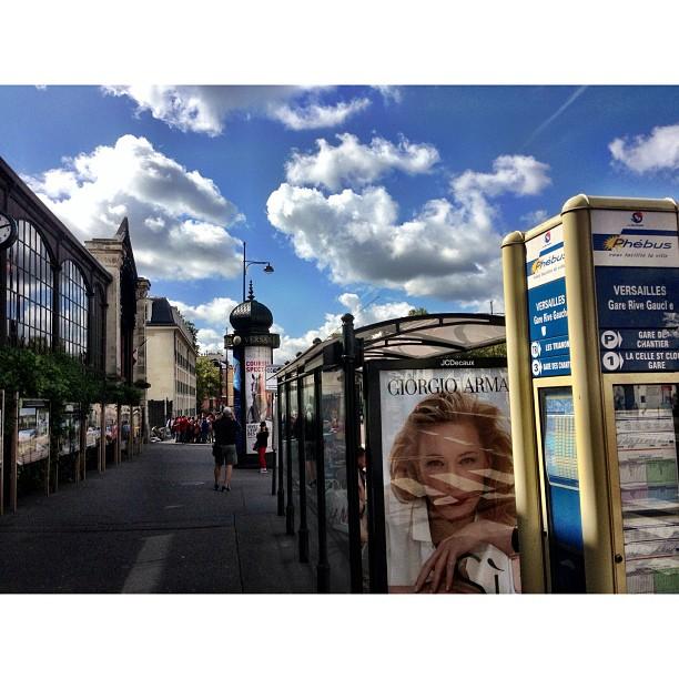 Lawa Jugak Bandar Di Raja Versailles Ni :) | Depan RER Station | Chateau de Versailles | Ramainya Manusia | iPhoneography | #JJCMPaghis | Versailles, France